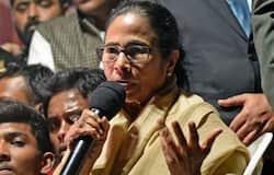 पश्चिम बंगाल की सरकार इससे पहले भी नागरिकता कानून के मुद्दे पर सरकार का विरोध कर चुकी है, पर इस महामारी से लड़ने के लिए पूरे देश को साथ आने की जरूरत है।