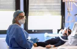 एक दिन में आ रहे 31 हजार हजार केसः अमेरिका में कोरोना का संक्रमण बहुत तेजी से बढ़ता जा रहा है। यहां एक दिन में 33 हजार पॉजिटिव मरीज सामने आ रहे हैं। यहां बुधवार को 31 हजार 935 केस सामने आए थे। जबकि मंगलवार को 33 हजार 460 नए मरीज मिले थे। यही हाल सोमवार को भी रहा उस दिन 31 हजार से अधिक संक्रमण के मामले सामने आए।
