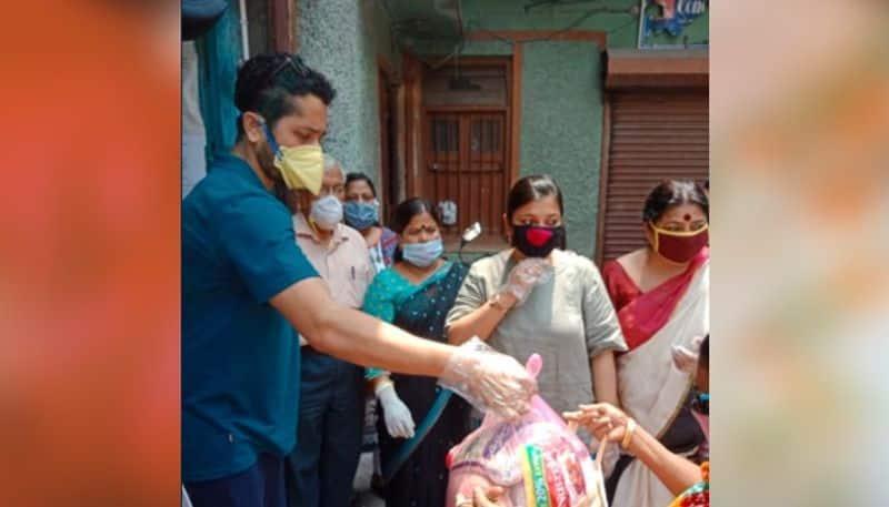parambrata chatterjee donates food to sex worker of sonagachi