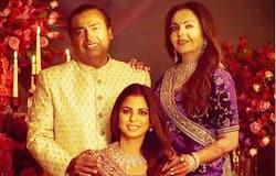 <p>बहुत साल पहले एक इंटरव्यू में नीता ने बताया कि उन्होंने मुकेश के सामने शर्त रख दी कि अगर वो शादी के बाद भी उन्हें स्कूल में पढ़ाने की इजाजत देते हैं तभी वो शादी के लिए हां करेंगी। मुकेश अंबानी के हां करने के बाद ही नीता ने शादी के लिए हामी भर दी और अमीर खानदान की बहू बनने के बाद भी नीता ने प्राइवेट स्कूल में पढ़ाना जारी रखा। दोनों के तीन बच्चे हैं आकाश, ईशा और अनंत अंबानी। ईशा और आकाश की शादी हो चुकी है।</p>