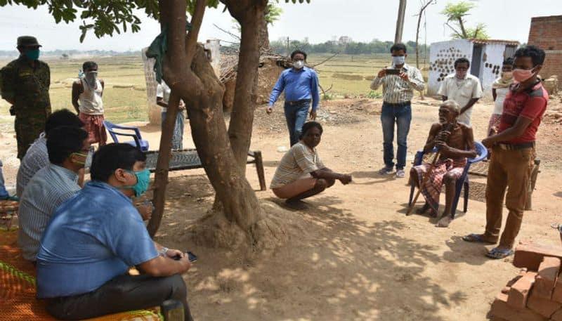 DM of Purulia met the villagers of Sarajumatu who mortgaged their ration card