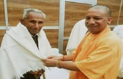 <p>मुख्यमंत्री योगी आदित्यनाथ के पिता आनंद सिंह बिष्ट का सोमवार की सुबह दिल्ली के एम्स में निधन हो गया। वह 89 वर्ष के थे। उन्हें किडनी व लीवर में समस्या थी। जिसके बाद उन्हें पिछले महीने एम्स में भर्ती कराया गया था। सीएम योगी के पिता आनंद सिंह बेटे के सन्यास लेने के बाद सिर्फ दो बार गोरखनाथ मंदिर आए थे। लेकिन इन दो यात्राओं में उन्होंने मंदिर में रहने वाले सभी लोगों को अपना कायल बना लिया था। उनका व्यवहार ऐसा था कि सभी उनका बेहद सम्मान करते थे।&nbsp;</p>