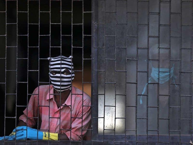 ഡിസന്ററി പകർച്ചവ്യാധികൾ വർഷങ്ങളായി ഇവിടെ സാധാരണമാണ്. ടൈഫോയ്ഡ്, കോളറ, കുഷ്ഠം, അമീബിയാസിസ്, പോളിയോ എന്നീ രോഗികളുടെ എണ്ണത്തിലും ധാരാവി മുന്നിലാണ്. 1986-ൽ കോളറ റിപ്പോർട്ട് ചെയ്യപ്പെട്ടത്. അന്നും ഏറെ ജീവന് നഷ്ടമായി.