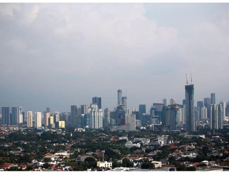 കൊറോണ വൈറസിന്റെ ലോകവ്യാപനത്തെ തുടര്ന്ന് രാജ്യങ്ങള് ലോക്ഡൗണിലേക്ക് പോയതോടെ വായുവിന്റെ ഗുണനിലവാരം ഉയർന്നു. ലോക്ക്ഡൗണുകൾ ഫാക്ടറികളും റോഡുകളും അടച്ചുപൂട്ടാൻ കാരണമായി.(The skyline of Jakarta, Indonesia, on April 16, 2020.)