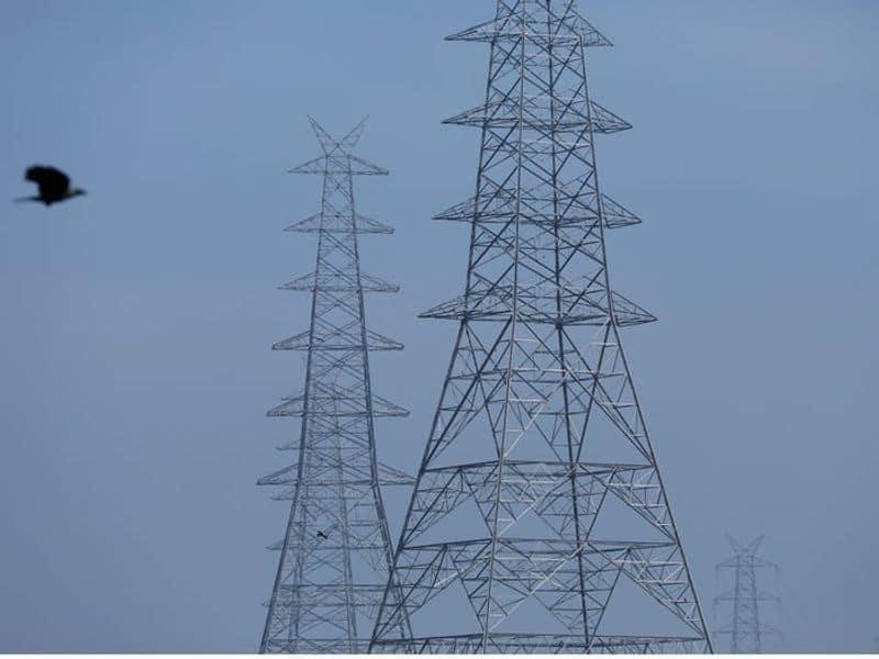 കാരണം ലോക്ഡൗണ് കാലത്ത് ജനങ്ങളെല്ലാം വീട്ടിനകത്ത് അടച്ചിരിക്കുകയാണ്. ഇത് വീടിനുള്ളിലെ വായുവില് എന്ത് മാറ്റമാണ് ഉണ്ടാക്കുകയെന്നതും പഠനവിഷയമാക്കേണ്ടതാണെന്നാണ് ശാസ്ത്രജ്ഞരുടെ വാദം. (Electricity pylons in New Delhi, India, April 13, 2020. )
