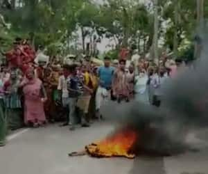Locals blocks roads for food in Mathurapur at South 24 Parganas