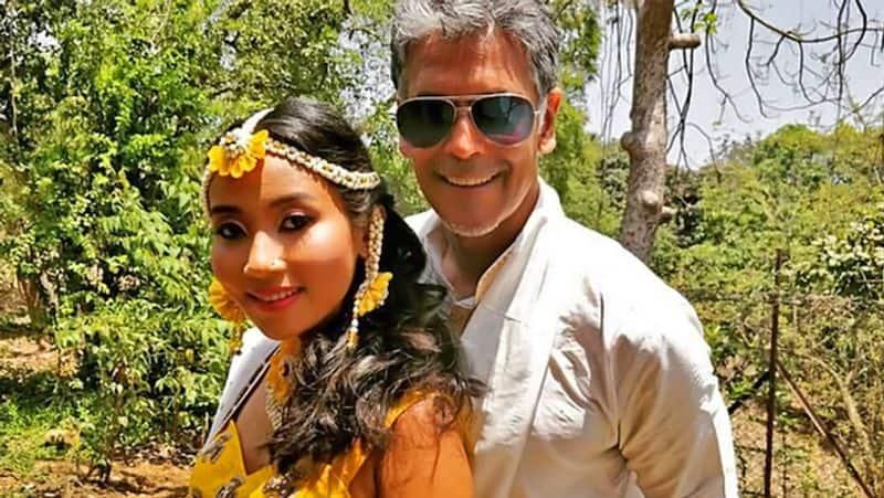 <p>पत्नी अंकिता कोंवर के साथ मिलिंद सोमण।</p>
