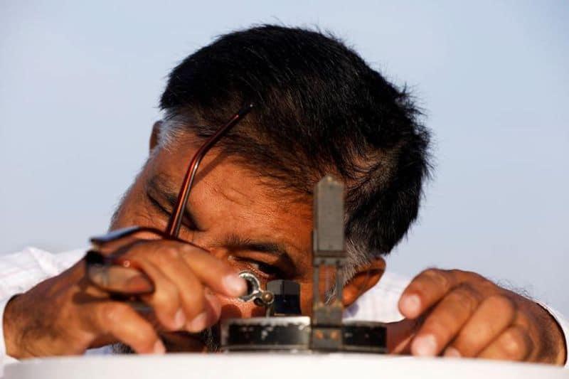 പാകിസ്ഥാനിലെ കറാച്ചിയില് പാക്കിസ്ഥാന്റെ കാലാവസ്ഥാ വകുപ്പ് (പിഎംഡി) കെട്ടിടത്തിൽ നിന്ന്, റമദാൻ മാസത്തിന്റെ ആരംഭം കുറിക്കുന്ന അമാവാസി കണ്ടെത്തുന്നതിനായി തിയോഡൊലൈറ്റ് സ്ഥാപിക്കുന്നതിനുമുമ്പ് ഒരാള് കോമ്പസ് ക്രമീകരിക്കുന്നു.