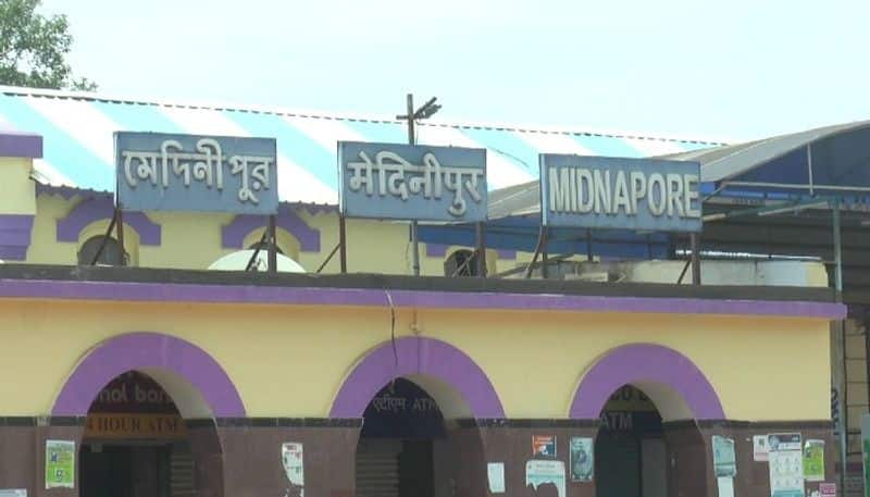 Poor peoples take away rice from Midnapore station