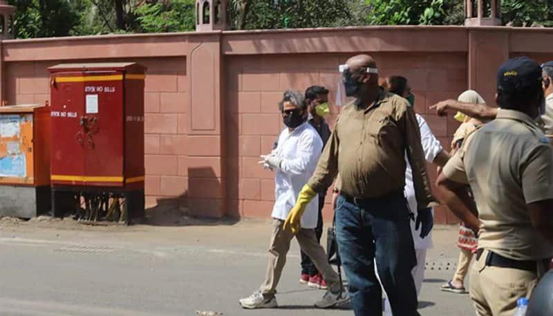 സുഹൃത്തും സംവിധായകനുമായ വിശാല് ഭരദ്വാജ് അന്ത്യോപചാരമര്പ്പിക്കാന് ആശുപത്രിയില്