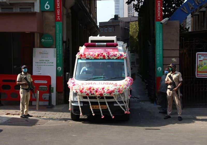 দুপুর সাড়ে তিনটে নাগাদ মরদেহ বার করা হয় চন্দনবাড়ির উদ্দেশ্যে। মিলছিল না ফুল। পুলিশের তৎপরতায় সেজে উঠল অ্যাম্বুলেন্স।