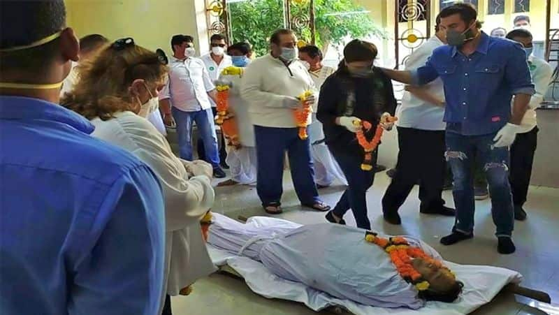 A video is doing rounds where Ranbir Kapoor is practicing the rituals before the last rites of Rishi Kapoor