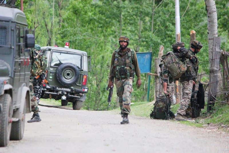 jammu & kashmir encounter 5 security person and 2 militant killed
