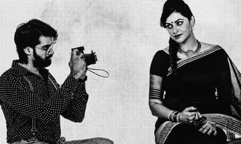 కథేంటి:ముప్పై ఏళ్ల భానుమతి (సలోని లూధ్రా) ఒక్కతే పీస్.. హైబ్రీడ్ పిల్ల.హైదరాబాద్ లోని ఓ కార్పోరేట్ కంపెనీలో సీనియర్ పొజీషన్ లో పని చేస్తూంటుంది. ఆమె తన బాయ్ ఫ్రెండ్రామ్ తో బ్రేక్ అప్ అయ్యి ఆ బాధలో ఉంటుంది. ఆమె తన సెల్ఫ్ రెస్పెక్ట్ తో జనాలని దూరంగా పెడుతూ, పొగరు అనుకునేలా బిహేవ్ చేస్తూ.. ఓ రకమైన మెకానికల్ జీవితాన్ని గడుపుతూంటుంది. సంతోషం నటిస్తుంటుందికానీ ఆమె జీవితంలో సంతోషంఉండదు.
