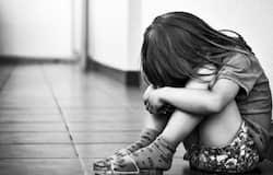 <p>सिंध में एक 8 साल की बच्ची अधेड़ शख्स के नापाक इरादों का शिकार हो गई। शख्स ने बच्ची को अपनी हवस का शिकार बनाया और उसके बाद बेरहमी से उसकी हत्या कर दी।&nbsp;</p>