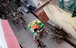 <p>Meerut cops overturned vegetable carts</p>