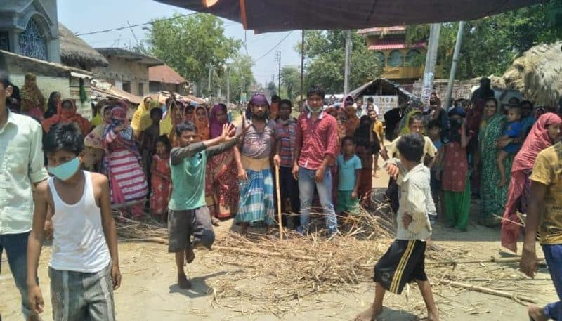 woman block road on the demand to bring back migrant workers in Birbhum