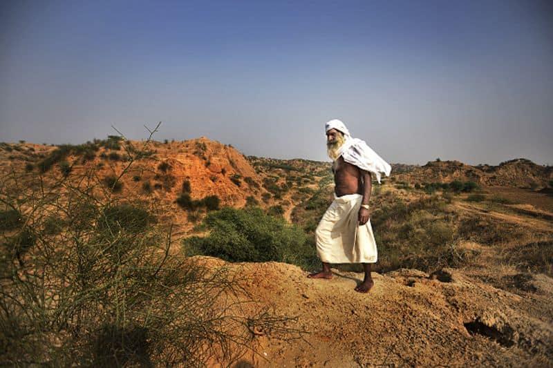ചമ്പൽ എവിടെയാണ്?ആഗ്രയിൽ നിന്ന് 80 കിലോമീറ്റർ അകലെയായിട്ടാണ് ചമ്പൽ വാലി സ്ഥിതിചെയ്യുന്നത്. ഉത്തർപ്രദേശ്, മധ്യപ്രദേശ്, രാജസ്ഥാൻ എന്നീ മൂന്ന് സംസ്ഥാനങ്ങളുടെ കൂടിച്ചേരുന്നിടത്താണ് ഇത് നിലകൊള്ളുന്നത്. 900 കിലോമീറ്റർ ദൂരത്തിൽ ഇതിലൂടെ ഒഴുകുന്ന ചമ്പൽ നദി മധ്യപ്രദേശിലെ വിന്ധ്യകളിൽ നിന്നാണ് ഉത്ഭവിക്കുന്നത്. ചമ്പൽ നദി യമുനയുടെ പ്രധാന കൈവഴിയാണ്.