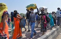 <p>मुंबई में घर जाने के इंतजार में साधन की लाइन में खड़े लोग।</p>