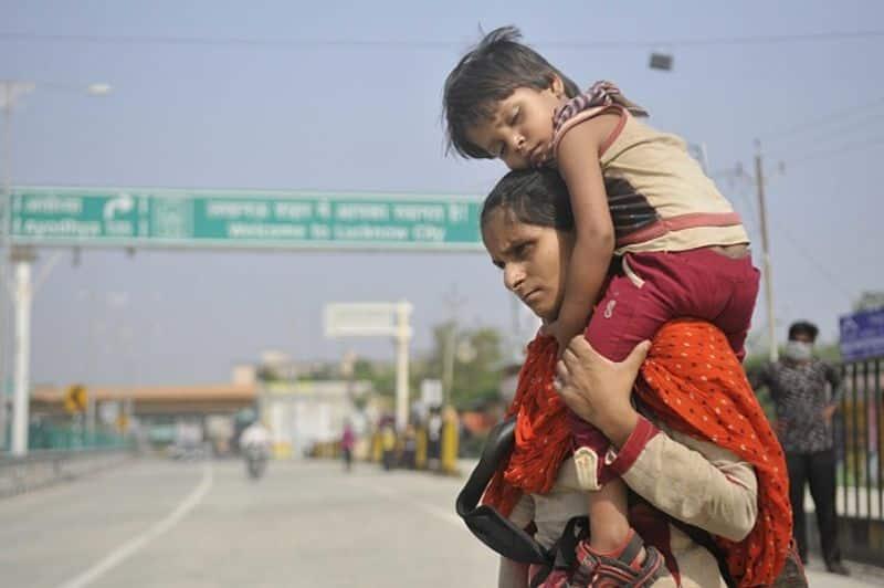 ഹൈദ്രാബാദില് നിന്ന് യുപിയിലെ സ്വന്തം ഗ്രാമത്തിലേക്ക് മടങ്ങുകയായിരുന്ന ട്രക്കില് 18 തൊഴിലാളികളാണ് ഉണ്ടായിരുന്നത്.