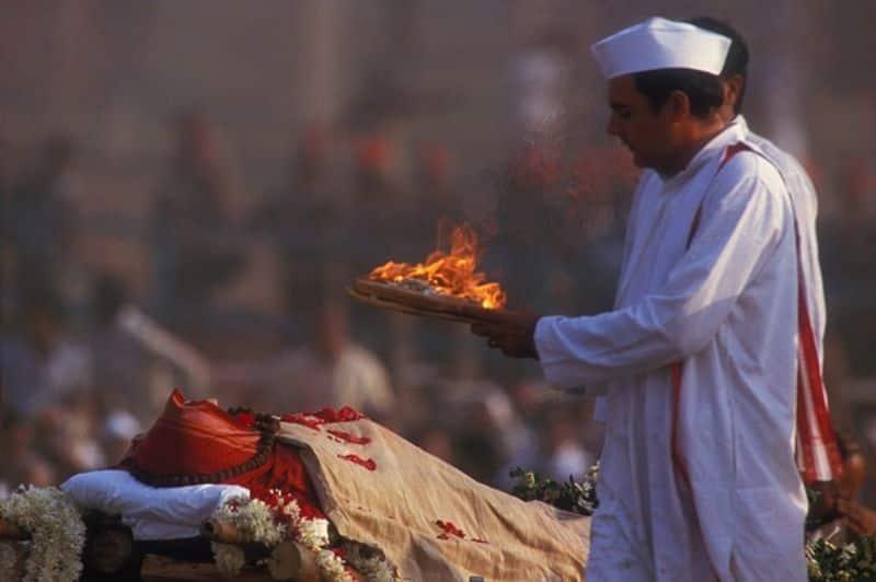 ഇന്തിരാ ഗാന്ധിയുടെ ശവസംസ്കാര ചടങ്ങുകളിൽ പങ്കെടുക്കുന്ന രാജീവ് ഗാന്ധി