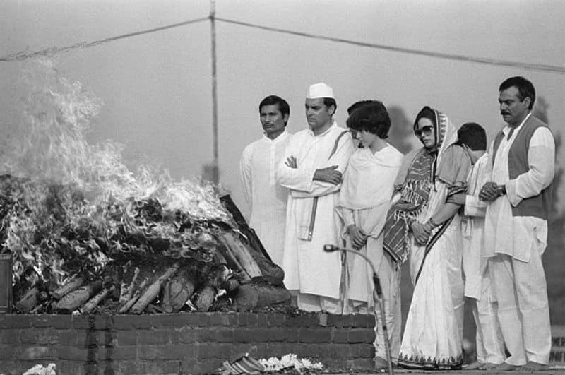 ഇന്ദിര ഗാന്ധിയും സംവസംസ്കാര ചടങ്ങുകളിൽ പങ്കെടുക്കുന്ന രാജീവ് ഗാന്ധി, സോണിയ ഗാന്ധി, പ്രിയങ്കാ ഗാന്ധി