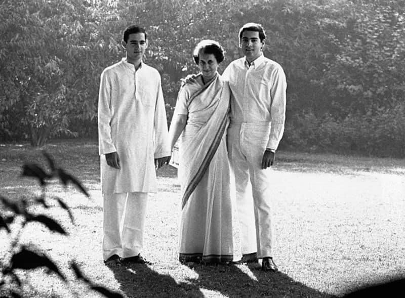 ഇന്ദിര ഗാന്ധിയും ഒപ്പം മക്കളായ രാജീവ് ഗാന്ധിയും സഞ്ജയ് ഗാന്ധിയും