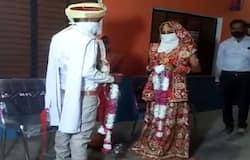 <p><strong>औरैया (Uttar Pradesh) । </strong>ससुराल होने वाले गांव में ही लॉकडाउन के कारण युवती परिवार के साथ फंस गई। शादी की तिथि नजदीक आई तो होने वाला पति भी किसी तरह गांव पहुंचा, लेकिन वह क्वारंटाइन सेंटर में भेज दिया गया। इसी बीच दोनों पक्ष ने क्वारंटाइन सेंटर में ही शादी करने की अधिकारियों से अनुमति मांगी, जिन्होंने न सिर्फ सामान्य तरीके से शादी करने की अनुमति दी बल्कि, खुद भी पहुंचकर नवविवाहित जोड़े को आशीर्वाद और उपहार भी दिए।&nbsp;<br /> &nbsp;</p>