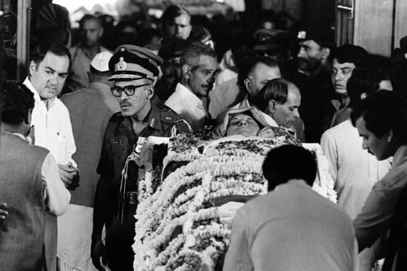 ഇന്ദിര ഗാന്ധിയുടെ ഭൗതിക ശരീരത്തിനരികിൽ രാജീവ് ഗാന്ധി