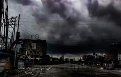 <p>तूफान के वक्त कोलकाता में इस तरह दिन में ही&nbsp;अंधेरा छा गया।</p>