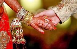 <p><br /> कोरोना काल में जिसने भी इस शादी के बारे में सुना वो हैरान रह गया। शादी के महंगे खर्चे पर एतराज करने वाले कुछ सामाजिक कार्यकर्ताओं ने कहा कि लॉकडाउन का ये रंग ठीक है, बेवजह के खर्चे नहीं हो रहे हैं।<br /> &nbsp;</p>