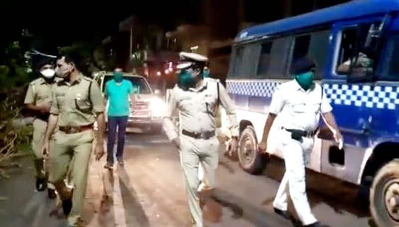 Clash in kolkata police barrack on corona issue