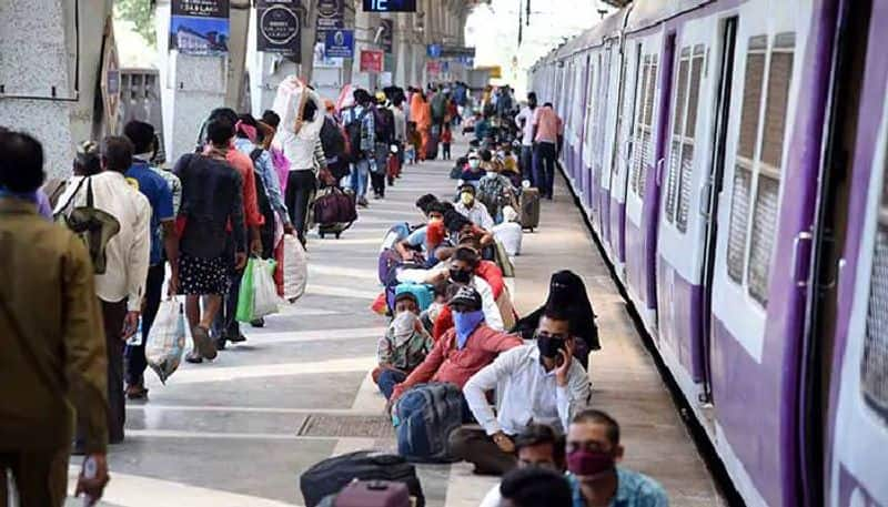 Railway Cop provided milk to girl on moving train by running 200 meters