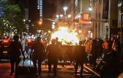 """<p style=""""text-align: justify;""""><strong>सीक्रेट सर्विस के एजेंट्स ने पहना दंगारोधी पोशाक</strong><br /> रविवार को भी वाइट हाउस के पास बिगड़े हालात के कारण राष्ट्रपति डोनाल्ड ट्रंप के आधिकारिक निवास पास प्रदर्शन कर रहे लोगों को खदेड़ने के लिए सीक्रेट सर्विस एजेंट्स को रॉयट गियर (दंगारोधी पोशाक) पहनना पड़ा था। बता दें कि अश्वेत व्यक्ति जॉर्ज फ्लॉयड की मौत का वीडियो वायरल होने के बाद से ही अमेरिका के कई शहरों में शुक्रवार से हिंसक प्रदर्शनों का दौर जारी है। इनमें से कुछ प्रदर्शनों ने उग्र रूप ले लिया और पुलिस के साथ प्रदर्शनकारियों की झड़प हुई।</p>"""