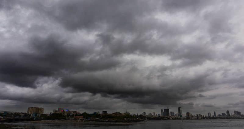 Massive waves hit malpe sea shore as effect of Hurricane in Arabian Sea