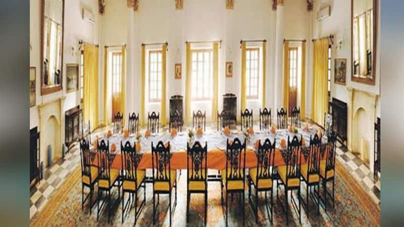 2003ರಲ್ಲಿ ಮನ್ಸೂರ್ ಅಲಿ ಖಾನ್ರ ತಾಯಿ ಸಾಜಿದಾ ಸುಲ್ತಾನ್ ಮರಣದ ನಂತರ ಅವರು ಈ ಬಂಗಲೆ ತೊರೆಯಬೇಕಾಯಿತು. ಅದರ ನಂತರ ನವಾಬ್ ಪಟೌಡಿ ಈ ಅರಮನೆಯಲ್ಲಿ ಪತ್ನಿ ಶರ್ಮಿಳಾ ಟ್ಯಾಗೋರ್ ಅವರೊಂದಿಗೆ ವಾಸಿಸಲು ಪ್ರಾರಂಭಿಸಿದರು.