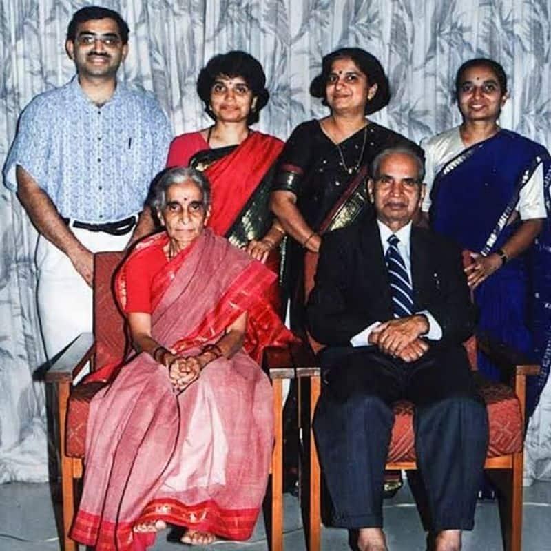 1996ರಲ್ಲಿ ತಮ್ಮ ಪತಿ ಶ್ರೀ ನಾರಾಯಣಮೂರ್ತಿಯವರ ಜೊತೆಗೂಡಿ ಇನ್ಫೋಸಿಸ್ ಫೌಂಡೇಶನ್ ಪ್ರಾರಂಭಿಸದರು.