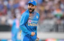 <p>टीम इंडिया के कप्तान विराट कोहली काफी उग्र और जल्दी गुस्से में आने वाले खिलाड़ी माने जाते हैं। कई बार मैदान पर भी उन्हें भारी गुस्से में देखा जा चुका है। अनुष्का शर्मा के साथ शादी से पहले टीम इंडिया के कप्तान विराट कोहली संग कई लड़कियों के नाम भी जोड़े जाते रहे हैं। लेकिन इस बार इंग्लैण्ड के एक पूर्व क्रिकेटर ने उनके बारे में अजीब बात बताई है। इंग्लैण्ड टीम के पूर्व खिलाड़ी निक कॉम्पटन के मुताबिक़ एक बार विराट इसलिए नाराज हो गए थे क्योंकि उन्होंने विराट की एक्स गर्लफ्रेंड से बात कर लिया था।</p>