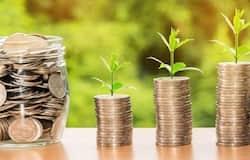<p><strong>बिजनेस डेस्क। </strong>आजकल हर कोई सेविंग्स को लेकर इस उधेड़बुन में रहता है कि कौन-सी स्कीम ज्यादा अच्छी और फायदा देने वाली है। इसके साथ ही यह सवाल भी मन में होता है कि निवेश सुरक्षित होगा या नहीं। बैंकों और पोस्ट ऑफिस में निवेश की कई योजनाएं हैं। इनमें फिक्स्ड इनकम स्कीम और सेविंग्स स्कीम भी हैं। लेकिन पोस्ट ऑफिस की रिकरिंग डिपॉजिट (RD) स्कीम में फिक्स्ड इनकम स्कीम या सेविंग्स अकाउंट स्कीम की तुलना में ज्यादा ब्याज मिलता है। पोस्ट ऑफिस की स्कीम में निवेश करना सुरक्षा के लिहाज से भी ठीक रहता है।</p>