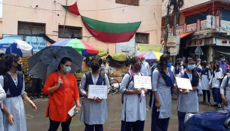Students stage protest against iregularity in Kanyashree project in Hooghly