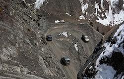 <p>इस रास्ते को देखकर अंदाजा लगा सकते हैं कि भारतीय सेना को बॉर्डर तक पहुंचने कितने जोखिम उठाने पड़ते हैं।</p>