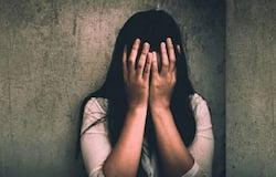 <p><br /> मंगलवार को अचानक आरोपी पर युवती के घरवालों की नजर पड़ी। उन लोगों ने ग्रामीणों की मदद से उसे पकड़ कर कोचाधामन थाने की पुलिस के हवाले कर दिया। थानाध्यक्ष रंजन कुमार ने बताया कि पीडि़ता के पिता की शिकायत पर मामला दर्ज कर लिया गया है। &nbsp;(प्रतीकात्मक फोटो)<br /> &nbsp;</p>