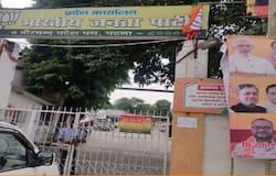 <p><strong>पटना (Bihar) । </strong>बिहार बीजेपी मुख्यालय में आज कोरोना वायरस का विस्फोट हुआ है। बीजेपी के 75 नेता कोरोना संक्रमित पाए गए हैं। सोमवार को सभी नेताओं का सैंपल कलेक्ट किया गया था, जिसकी रिपोर्ट आज आई है। हालांकि अब बीजेपी आफिस को सील कर दिया गया है। कहा जा रहा है कि शादी के लड्डू ने कोरोना विस्फोट करा दिया। आइए हम आपको शादी के लड्डू&nbsp;कैसे हुआ&nbsp;कोरोना विस्फोट की पूरी कहानी बताते हैं।</p>