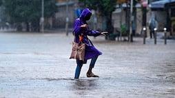 <p>मुंबई में लगातार बारिश हो रही है।</p>