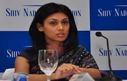 <p><strong>बिजनेस डेस्क। </strong>भारत की सबसे धनी महिलाओं में रोशनी नाडर का नाम टॉप पर है। देश की सबसे अमीर महिला रोशनी नाडर ने शुक्रवार को एचसीएल टेक्नोलॉजीज की चेयरपर्सन का पदभार संभाला। एचसीएल टेक्लोलॉजीज के संस्थापक और अध्यक्ष शिव नाडर ने शुक्रवार को पद ले हटने की घोषणा की। इसके बाद कंपनी की ओर से बताया गया कि निदेशक मंडल ने शिव नाडर की बेटी रोशनी नाडर को तत्काल प्रभाव से एचसीएल टेक्लोलॉजीज का अध्यक्ष नियुक्त किया है। रोशनी नाडर 2013 में एचसीएल टेक्नोलॉजीज के निदेशक मंडल में शामिल हुई थीं और वाइस चेयरपर्सन थीं। वे समूह की सभी संस्थाओं की होल्डिंग कंपनी एचसीएल कॉरपोरेशन की मुख्य कार्या अधिकारी (सीईओ) के पद पर बनी रहेंगी। रोशनी नाडर एक स्वप्रशिक्षित शास्त्रीय संगीतकार भी हैं। बता दें कि एचसीएल टेक्नोलॉजीज 8.9 अरब डॉलर की कंपनी है। जानते हैं रोशनी नाडर के बारे में 10 खास बातें।&nbsp;</p>