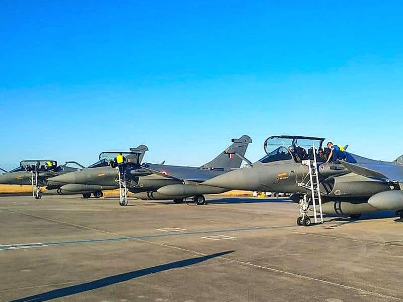 Rafael plane sets foot on Indian soil !! Air Force soldiers who welcomed the water spray!