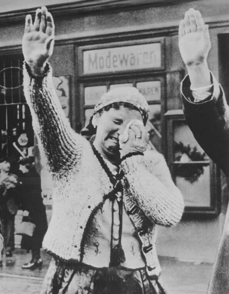 ചെക്കോസ്ലോവാക്യയിൽ മ്യൂണിച്ച് കരാറിന്റെ ഭാഗമായി 1938ൽ ഈ പ്രദേശം ജർമ്മനിയിലേക്ക് കൂട്ടിച്ചേർത്തതിന്റെ വിഷമത്തിൽ കരയുന്ന സുഡെറ്റെൻ നിവാസിയായ സ്ത്രീ.