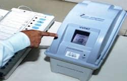 <p>निर्वाचन चुनाव आयोग ने कहा है कि मतदाता रजिस्टर पर साइन करने और ईवीएम का बटन दबाने के पहले वोटरों को ग्लव्स पहनना होगा। इसको देखते हुए निर्वाचन विभाग ने जिला निर्वाचन पदाधिकारियों को दिशा-निर्देश जारी किया है।</p>