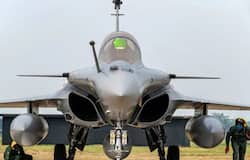 <p>राफेल लड़ाकू विमान का कॉम्बैट रेडियस 3700 किलोमीटर है, साथ ही ये दो इंजन वाला विमान है, जिसको भारतीय वायुसेना को दरकार थी।</p>