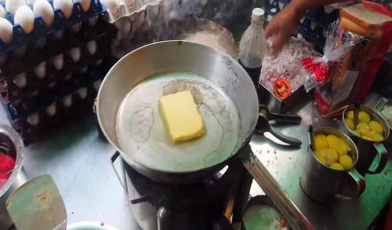 ನಂತರ ಪ್ಯಾನ್ ಅನ್ನು ಬೆಣ್ಣೆಯಿಂದ ಗ್ರೀಸ್ ಮಾಡಿ ಮತ್ತು ನಂತರ ಮಿಶ್ರಣವನ್ನು ಪ್ಯಾನ್ ಗೆ ಹಾಕಿ. ಇದರಿಂದ ಸ್ಪಾಂಜಿನಂತಹ ಆಮ್ಲೆಟ್ ತಯಾರಾಗುತ್ತದೆ.